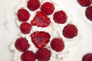 Dickmilchkuchen mit Obst
